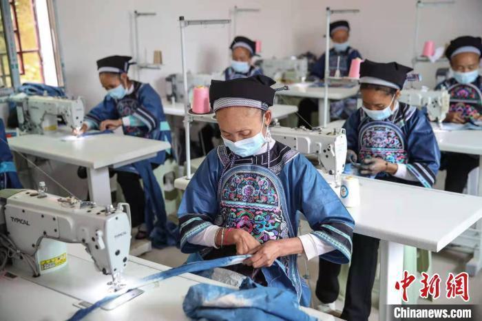 资料图:搬迁户在贵州紫云扶贫车间加工刺绣订单。 瞿宏伦 摄