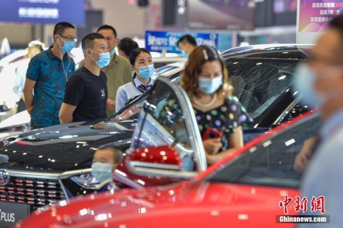 资料图:图为民众在车展选购汽车。 <a target='_blank' href='http://www.chinanews.com/'><p  align=