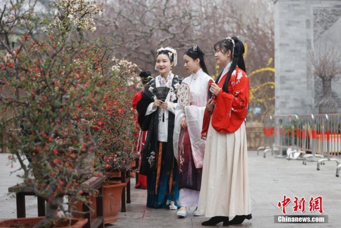 资料图:3月26日,身着汉服的女孩在北京陶然亭公园欣赏海棠花。 <a target='_blank' href='http://www.chinanews.com/'><p  align=