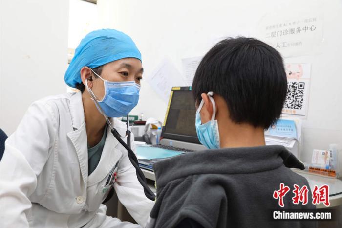 首都儿科研究所保健科主治医师张丽丽在出诊。受访者供图