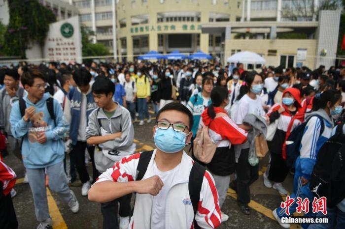 资料图:6月8日,云南省昆明市的考生结束2021年全国高考。图为一名神情自信的考生。 <a target='_blank' href='http://www.chinanews.com/'><p  align=
