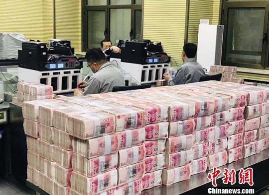 银行的点钞员在清点人民币。(资料图) 艾庆龙 摄