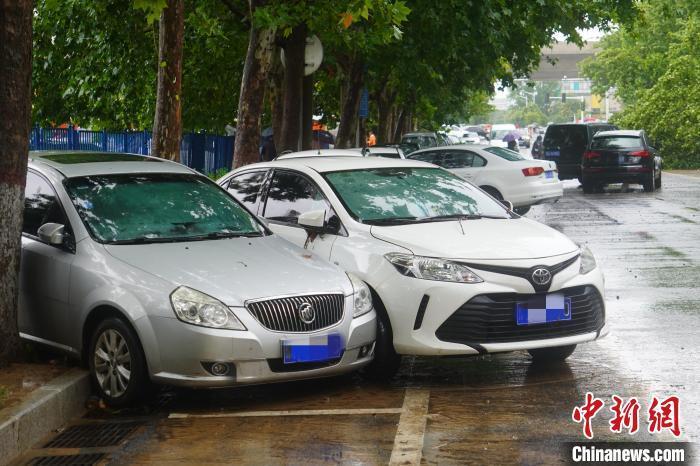郑州街头因暴雨受损的车辆。 刘鹏 摄