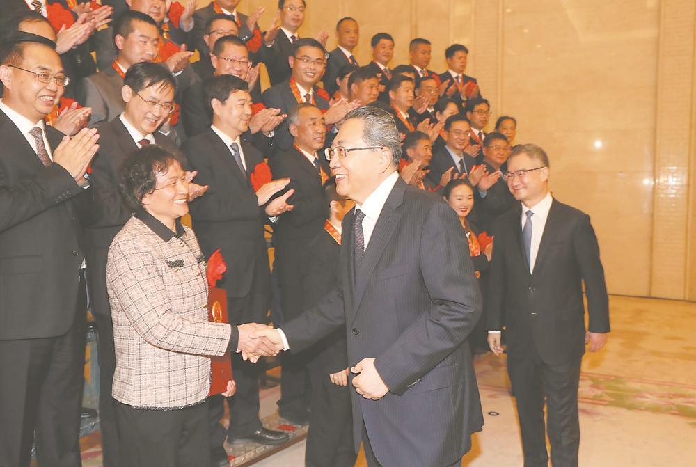 李锦斌会见参加全国脱贫攻坚总结表彰大会安徽省代表