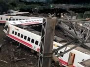 台湾铁路列车出轨瞬间