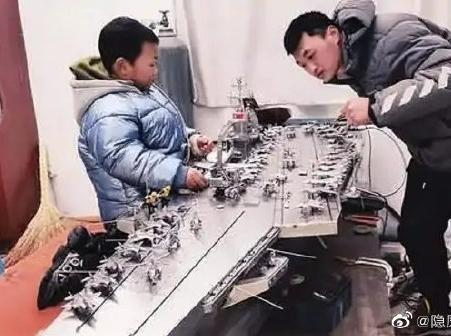 焊接工自制可遥控航母模型
