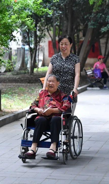 马毛姐:今天的幸福生活,都是党和人民给的